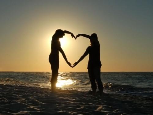 amor de parejas formando un corazon en la playa con el sol del atardecer e1423104720794 Para tu amor