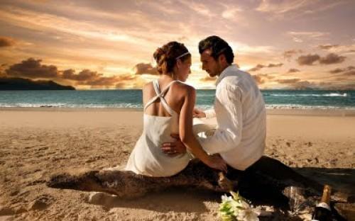 parejas junto al mar
