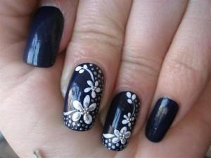 Uñas-decoradas-en-negro-con-flores-blancas